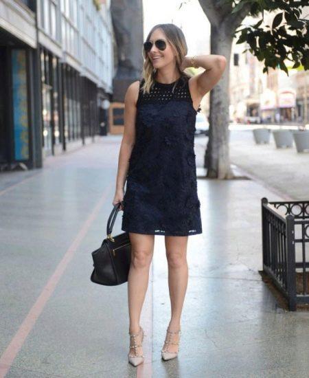 Черное платье-шифт  с горловиной из перфорированной ткани