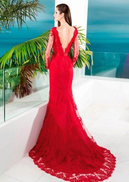 Красное платье со шлейфом и открытой спиной