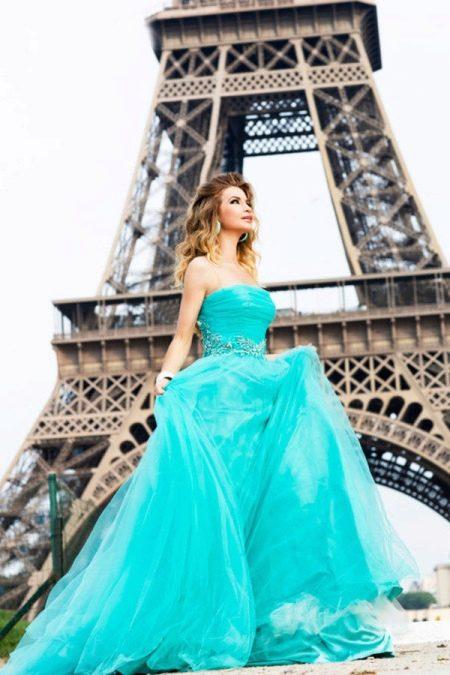 Красивое бирюзовое платье со шлейфом с открытыми плечами