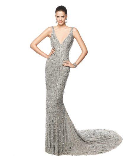 Блестящее серое платье со шлейфом