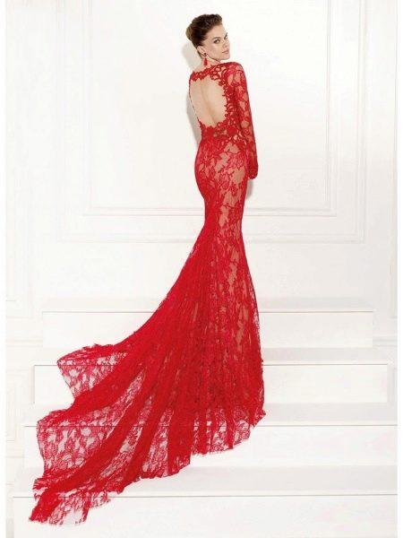 Красное кружевное плтаье со шлейфом