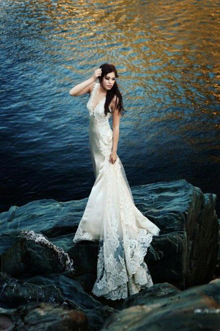 Красивое белое платье со флейфом