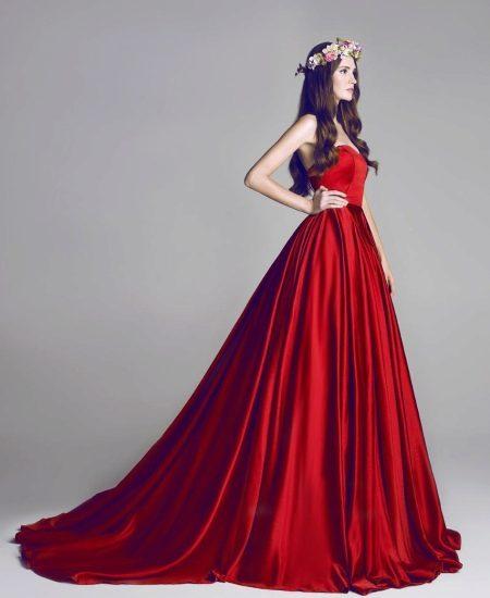 Красное сатиновое платье со шлейфом