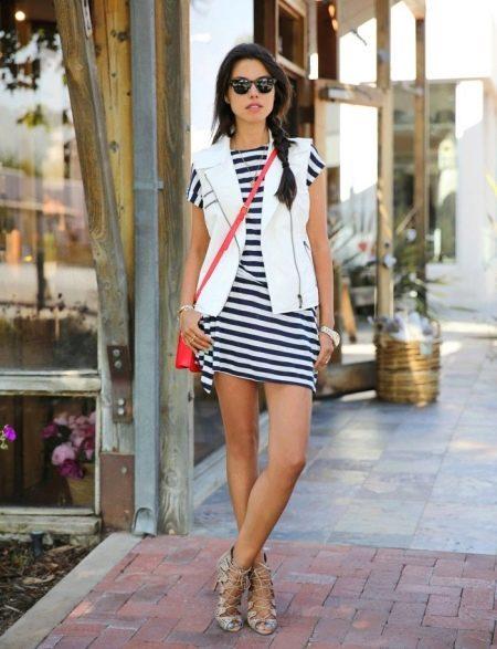 Короткое полосатое платье с жилеткой