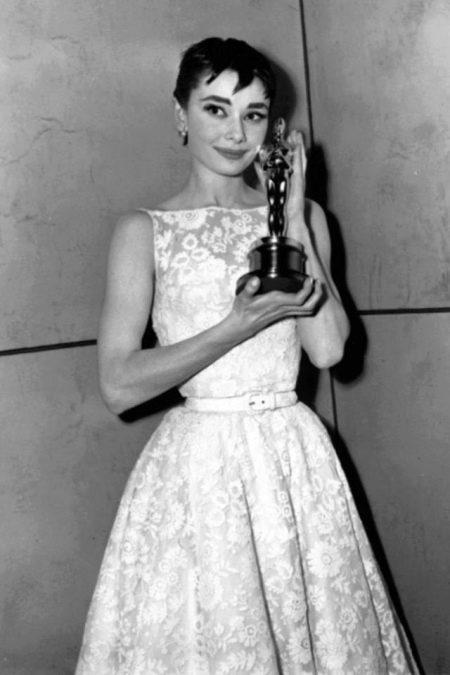 Белое кружевное платье Одри Хепберн