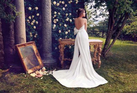 Платье со шлейфом и открытой спиной