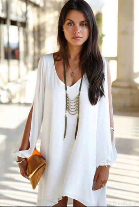 Короткое платье с длинным рукавом с разрезом