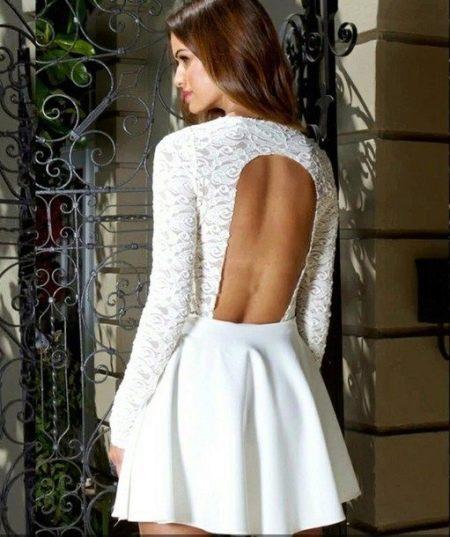 Короткое белое платье с длинным рукавом и открытой спиной