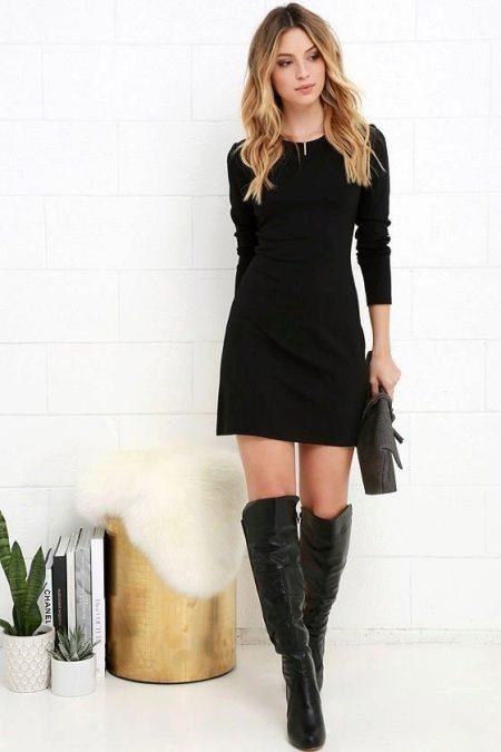 Короткое черное платье с длинным рукавом
