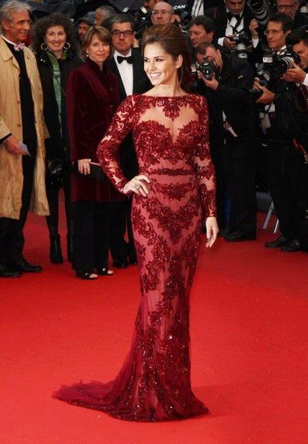 Красивое бордовое платье с длинными рукавами