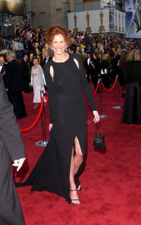 Черное платье с длинным рукавом и открытыми подмышками Джулии Робертс