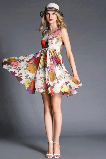 Платье с завышенной талией и цветочным принтом