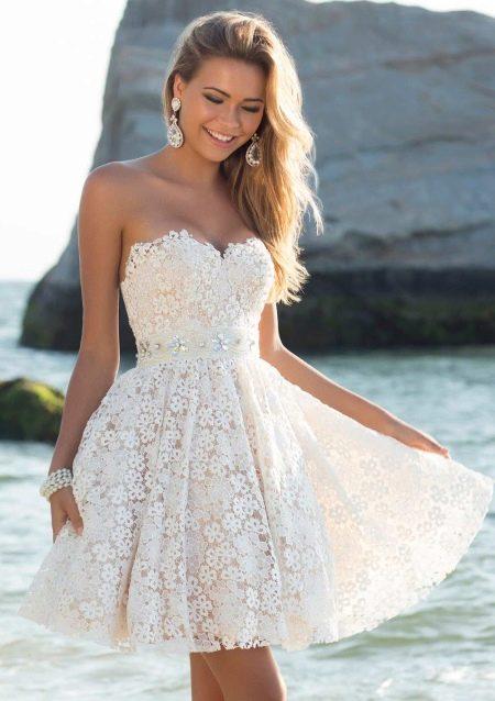 Красивое расклешенное платье с завышенной талией