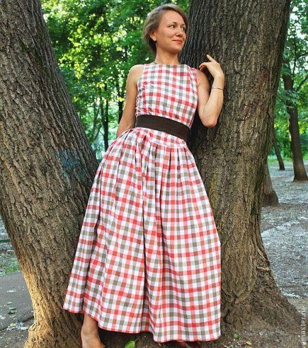 Длинное летнее платье в клетку