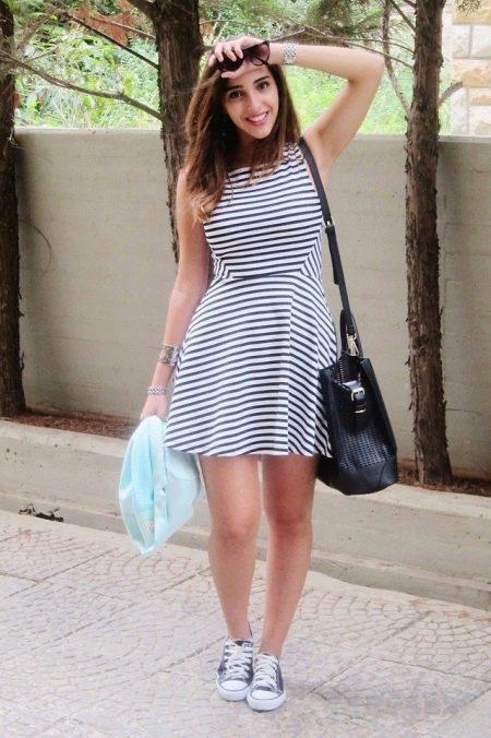 Короткое платье в горизонтальную полоску в сочетание с кедами