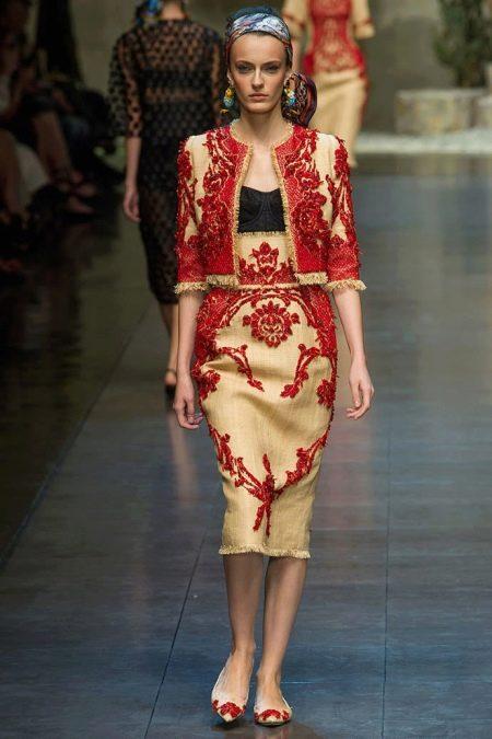 Платье желтое с красной вышивкой в стиле барокко