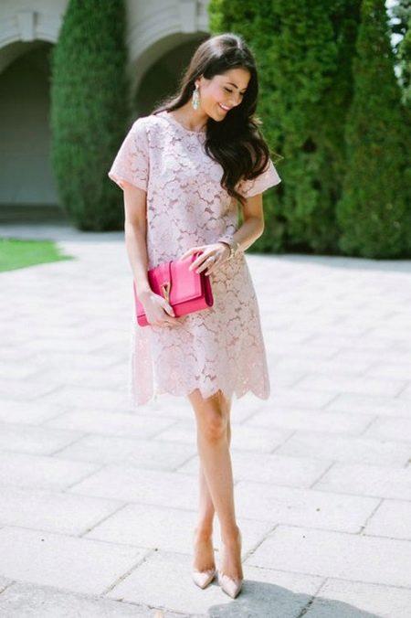 Светло розовое кружевное повседневное платье