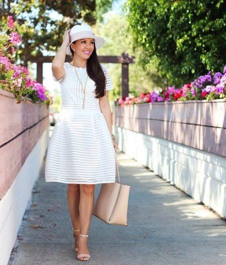 Белое повседневное платье с перфорацией