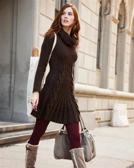Теплое повседневное коричневое платье