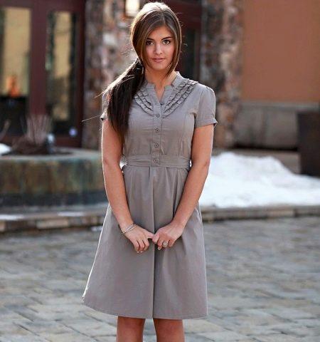 Серое повседневное платье с небольшими рюшами по горловине