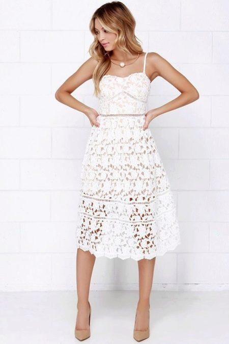 Белое расклешенное вязаное платье