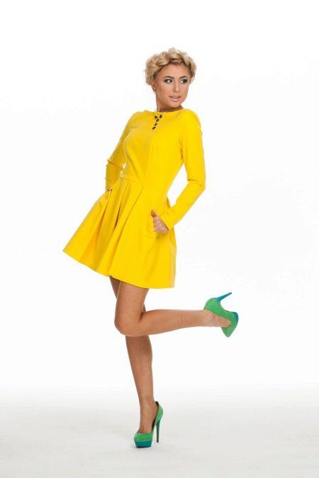 Желтое расклешенное платье