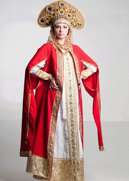 Русский белый сарафан с золотыми узорами