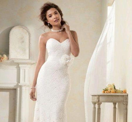 Свадебное кружевное платье футляр с декольте
