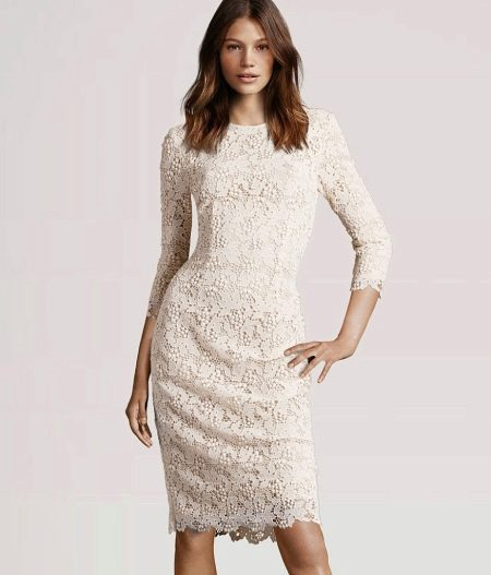 Свадебное кружевное платье футляр средней длины с рукавом три четверти
