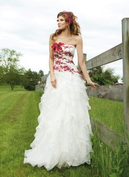 Свадебное белое платье с красными элементами
