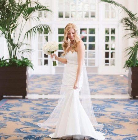 Букет невесты к свадебному платью с завышенной талией