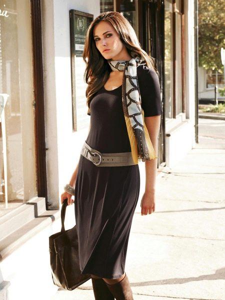 Трикотажное платье с поясом и шарфом