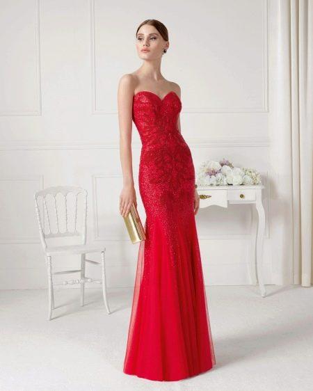 Платье без бретелей красное
