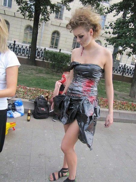 Платье из мусорного пакета короткое
