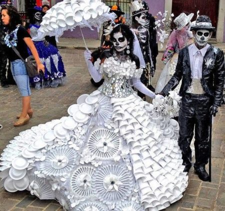 Платье из пластиковой посуды