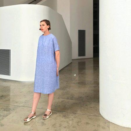 Голубое льняное платье-мешок