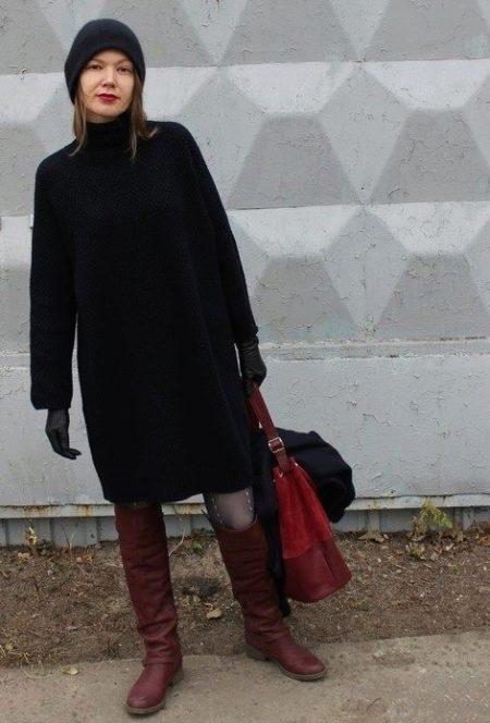 Платье-мешок с сапогами