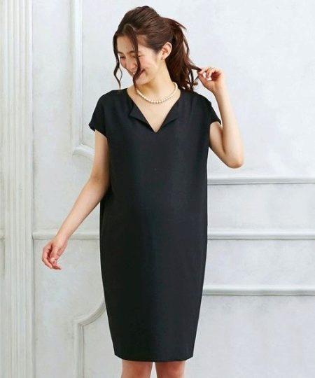 Черное платье-мешок с V-образным вырезом