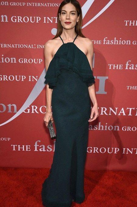 Длинное черное платье с воланами на груди на корпоратив