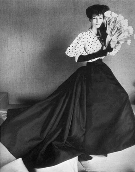 Платье с юбкой колокол со шлейфом 17-го столетия