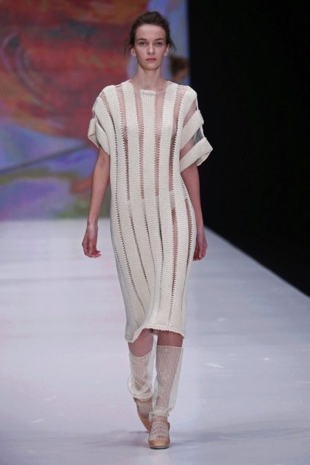 Шерстяное платье с коротким рукавом