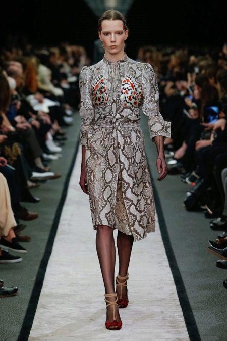 Платье из экокожи с принтом