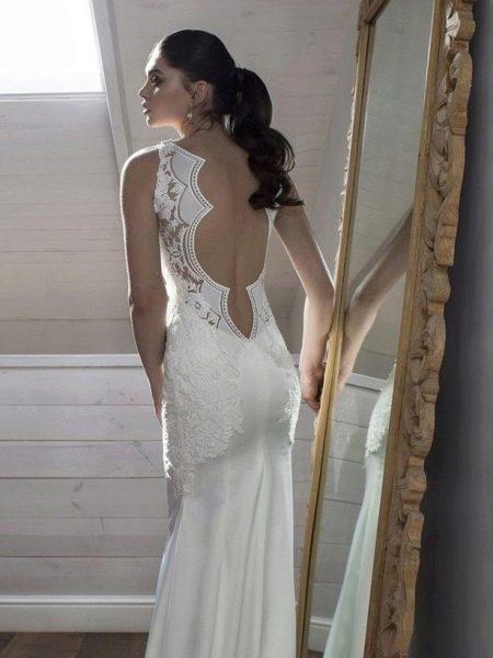 Платье с фигурным вырезом на спине