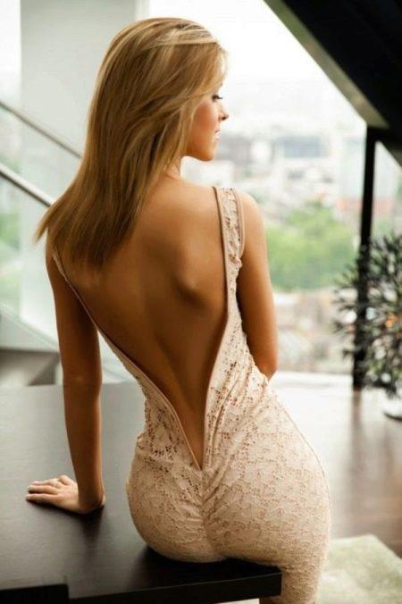 Платье с вырезом до копчика
