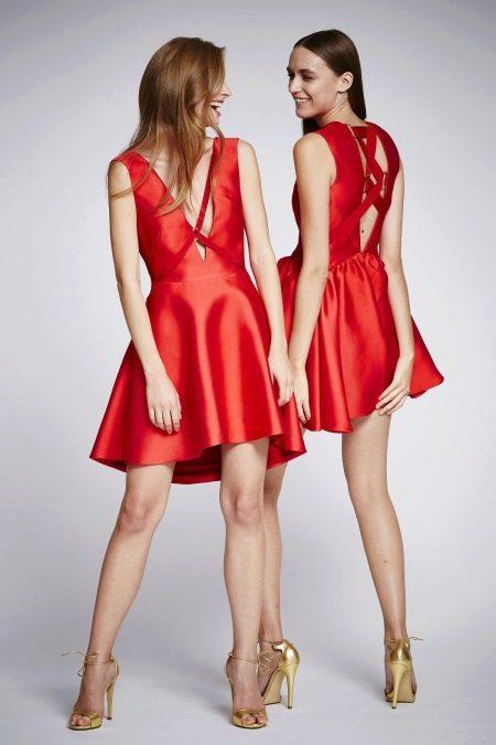 Платье с открытой спиной и декольте
