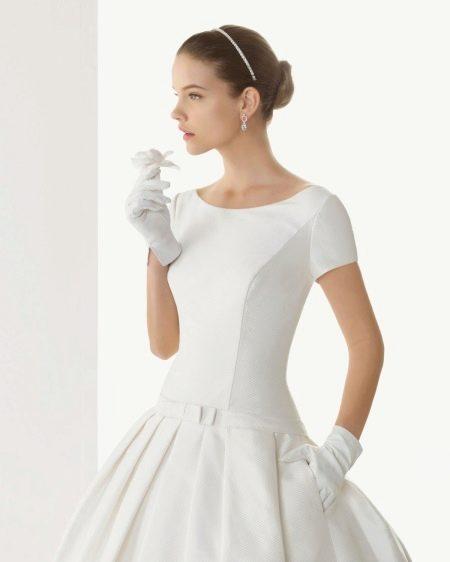 Подвенечное платье с коротким рукавом и перчатками