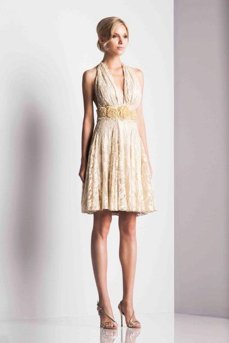 Приталенное платье короткое бежевое