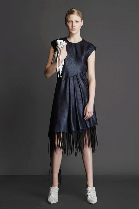 Приталенное  платье черное с бахромой