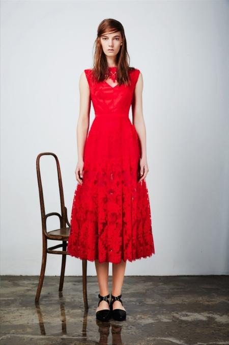 Приталенное  платье красное