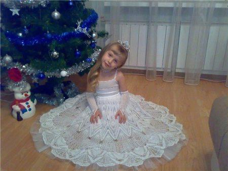 Нарядное вязаное крючком платье для девочки